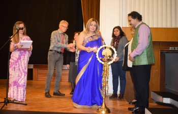 Vishwa Hindi Diwas was celebrated with great fanfare in Sofia. Over 250 people attended the event organised jointly by the Embassy of India, Indology Department of Sofia University, Indira Gandhi School, East West Indological Foundation and Devam Foundation at the National Science & Technology Centre to mark the occasion.