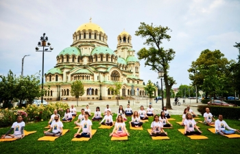 Increasing the visibility of International Yoga Day 2020 through a flash Yoga session against the backdrop of the majestic Alexander Nevski cathedral in Sofia, following all anti-epidemic measures.