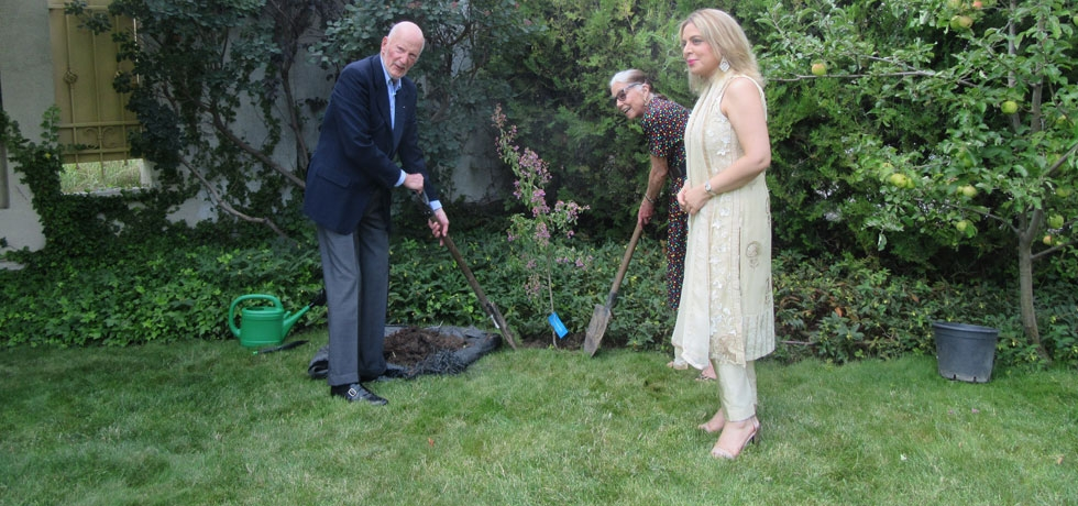 On the occasion of Independence Day 2020, Their Majesties King Simeon II and Queen Margarita planted a tree of the species Lagerstroemia Indica at the Embassy of India Residence